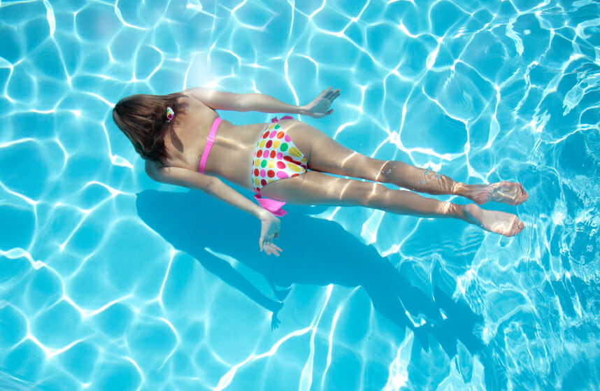La natation un sport complet pour avoir la ligne - Nager en piscine avec des palmes ...